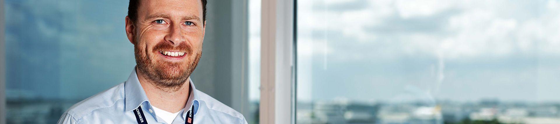 DB_Schenker_M02_Professional White Collar Male_WindowViewPhone